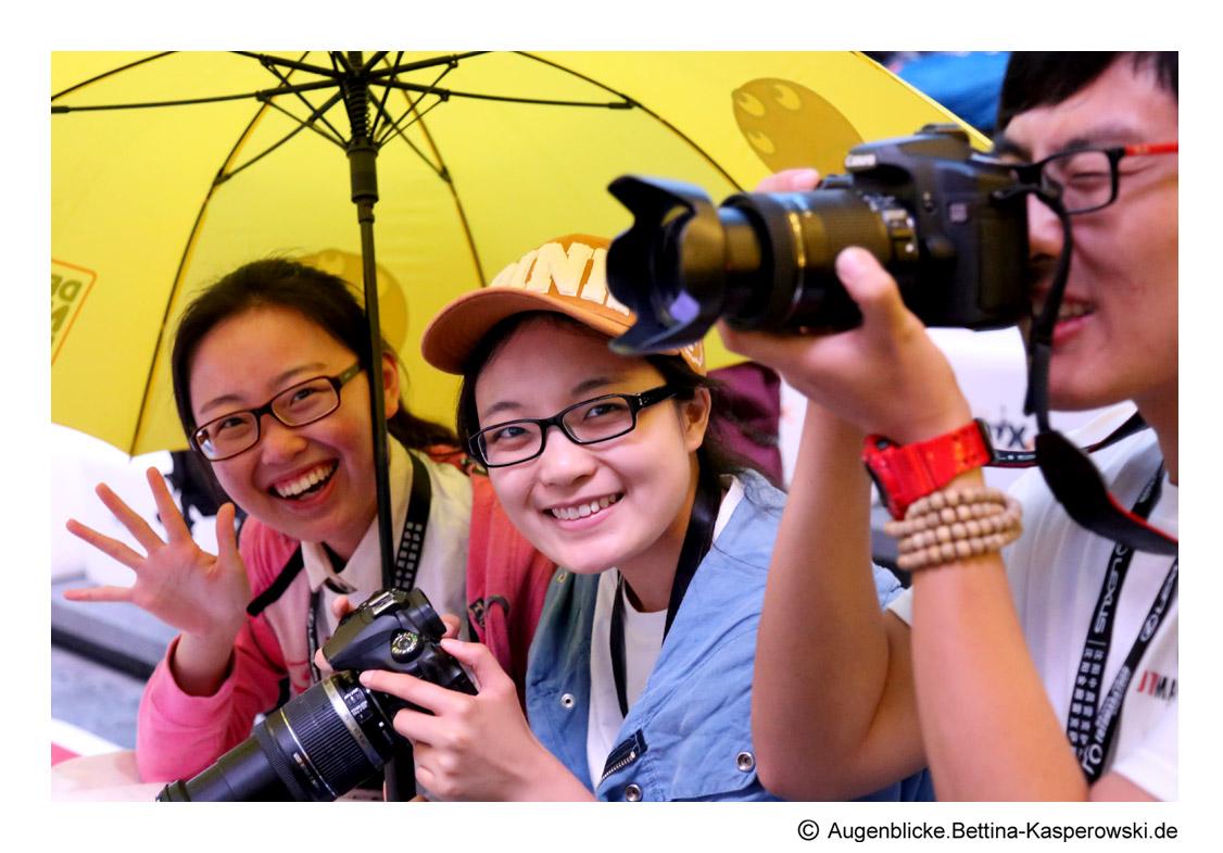 Mit gelbem Regenschirm dem Wetter getrotzt